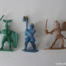 Figuras de Goma y PVC: TRES GUERREROS MEDIEVALES PLÁSTICO AÑOS 60 - 70. Lote 224192188
