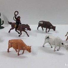 Figuras de Goma y PVC: ARREO DE GANADO . VAQUERO A CABALLO - VACAS Y CACTUS . REALIZADO POR GAMA . ORIGINAL AÑOS 50. Lote 224561152