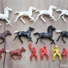 Figuras de Goma y PVC: LOTE DE ANTIGUAS FIGURAS EN PLÁSTICO. CABALLOS, COWBOYS, ETC. AÑOS 70. Lote 224633237
