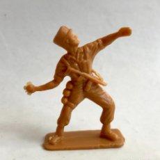 Figuras de Goma y PVC: FIGURA DE 5 CM SOLDADO DE LA LEGIÓN FRANCESA ATACANDO LANZANDO GRANADA. AÑOS 70. COLOR MARRÓN.. Lote 228179900