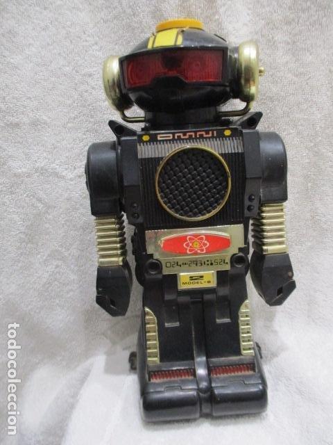 ROBOT ANTIGUO DE LOS 80 OMNI MODEL -B 2 MADE IN HONG CONG DE PILAS MEDIDA ALTO 26CM Y ANCHO 14 CM (Juguetes - Figuras de Goma y Pvc - Otras)