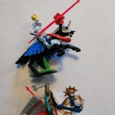 Figuras de Goma y PVC: BRITAINS 2 GUERREROS MEDIEVALES SIN USO CON TODAS SUS ARMAS. Lote 229411050