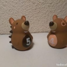 Figuras de Goma y PVC: PAREJA DE ERIZOS CON NÚMERO 4 Y 5 MUÑECOS ANIMALES DE PLÁSTICO. Lote 233868570