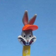 Dispensador Pez: DISPENSADOR CARAMELOS PEZ BUGS BUNNY WORLD CHAMPION SOCCER LOONEY TUNES. Lote 233894020