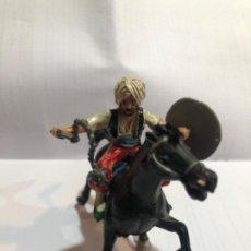 Figuras de Goma y PVC: ESTEREOPLAST SERIE COSACO KURDO MONTADO A CABALLO CON SUS ARMAS ORIGINALES ESCUDO Y CACHIPORRA PINTU. Lote 234923755