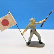 Figuras de Goma y PVC: ANTIGUA FIGURA EN PLÁSTICO. SOLDADO JAPONÉS CON LA BANDERA ORIGINAL. PECH HERMANOS. FIGURA DIFICIL. Lote 235416755