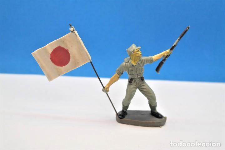 Figuras de Goma y PVC: Antigua Figura en Plástico. Soldado Japonés con la Bandera Original. Pech Hermanos. FIGURA DIFICIL - Foto 2 - 235416755