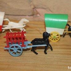 Figuras de Goma y PVC: LOTE DE 2 ANTIGUAS CARRETAS Y UN CARRO - PLASTICO - AÑOS 60/70. Lote 236295105