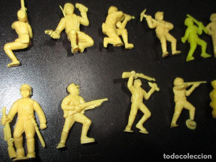 Figuras de Goma y PVC: Lote 20 figuritas DUNKIN soldados japoneses, colección completa - Foto 9 - 236410990