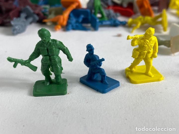 Figuras de Goma y PVC: GRAN LOTE DE FIGURAS SOLDADOS MINIATURA DE PLASTICO. MEDIADOS S.XX. 1. - Foto 4 - 236535535