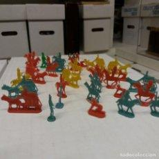 Figuras de Goma y PVC: 33 FIGURAS OESTE PLANAS SERJAN AÑOS 60. Lote 236627635