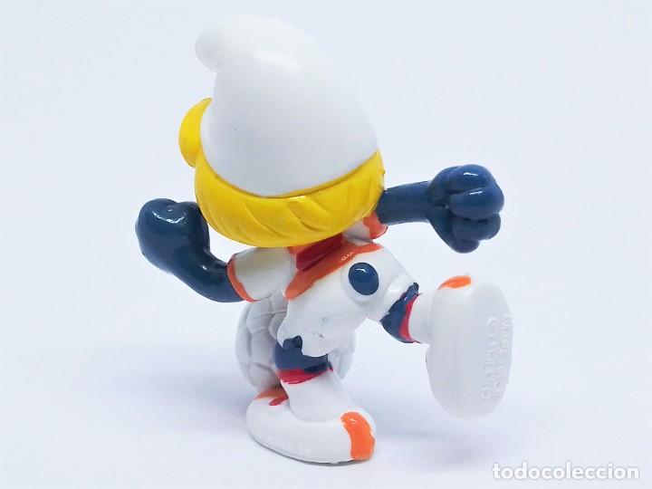 Figuras de Goma y PVC: Figura de Pitufina futbolista de Los Pitufos (The Smurfs) realizada por Schleich jugando al fútbol - Foto 2 - 238570265