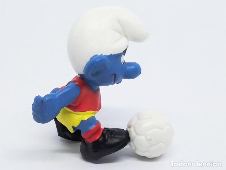 Figuras de Goma y PVC: Figura de Pitufo Futbolista Los Pitufos (The Smurfs) realizada por Schleich jugando Fútbol - Foto 2 - 238572975