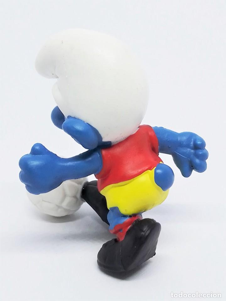Figuras de Goma y PVC: Figura de Pitufo Futbolista Los Pitufos (The Smurfs) realizada por Schleich jugando Fútbol - Foto 3 - 238572975