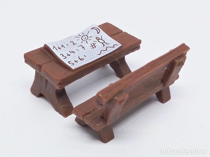 Figuras de Goma y PVC: Conjunto de banco y mesa o pupitre para las figuras de Los Pitufos (The Smurfs) hechas por Schleich - Foto 2 - 239359125