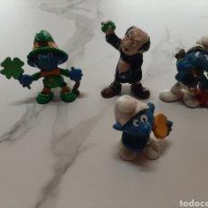 Figuras de Goma y PVC: PITUFO IRLANDES CON TREBOL Y OTROS. Lote 240338130