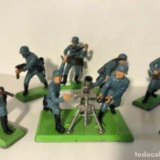 Figuras de Goma y PVC: LOTE 13 FIGURAS Y UN MORTERO SOLDADOS ALEMANES SEGUNDA GUERRA MUNDIAL . BRITAINS AÑO 1971. Lote 241914325