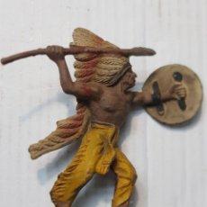 Figuras de Goma y PVC: FIGURA EN GOMA JEFE INDIO CON LANZA Y ESCUDO PECH MUY DIFÍCIL. Lote 241955240