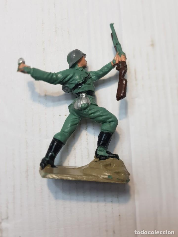 FIGURA EN PVC SOLDADO ALEMÁN LANZANDO GRANADA PECH ESCASA (Juguetes - Figuras de Goma y Pvc - Pech)