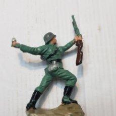 Figuras de Goma y PVC: FIGURA EN PVC SOLDADO ALEMÁN LANZANDO GRANADA PECH ESCASA. Lote 241957245
