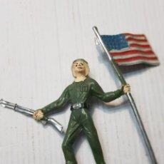 Figuras de Goma y PVC: FIGURA EN PVC SOLDADO AMERICANO CON BANDERA COMANSI. Lote 241970360