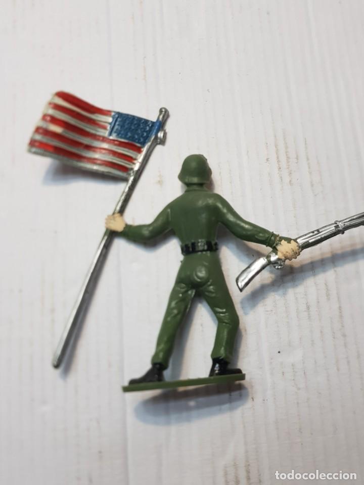 Figuras de Goma y PVC: Figura en PVC Soldado Americano con Bandera Comansi - Foto 2 - 241970360