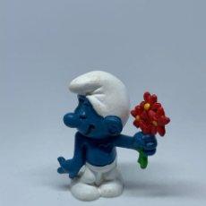 Figuras de Goma y PVC: PITUF0 CON FLORES ROJAS - SCHLEICH - PEYO. Lote 243659245