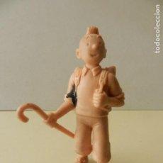 Figuras de Goma y PVC: FIGURA TINTIN 1985 COMICS SPAIN HERGE LOMBARD AVENTURAS CON MOCHILA Y BASTÓN. Lote 243799825