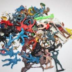 Figuras de Goma y PVC: LOTE DE INDIOS Y VAQUEROS ANTIGUOS DE COMANSI. Lote 244204070