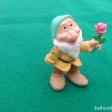 Figuras de Goma y PVC: FIGURA DEL ENANITO ROMÁNTICO CON FLOR. BLANCANIEVES Y LOS 7 ENANITOS.BULLYLAND.. Lote 245053270