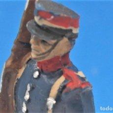 Figurines en Caoutchouc et PVC: ANTIGUA FIGURA EN PLÁSTICO SOLDADO GUARDIA REAL DESFILANDO. AÑOS 60/70.. Lote 245483405