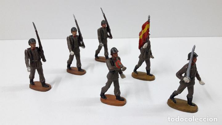 Figuras de Goma y PVC: OFICIAL Y SOLDADOS EN DESFILE . REALIZADOS POR TEIXIDO . ORIGINAL AÑOS 60 - Foto 2 - 245709725