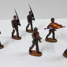 Figuras de Goma y PVC: OFICIAL Y SOLDADOS EN DESFILE . REALIZADOS POR TEIXIDO . ORIGINAL AÑOS 60. Lote 245709725