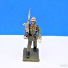 Figurines en Caoutchouc et PVC: ANTIGUA FIGURA EN PLÁSTICO. SOLDADO DE INFANTERIA ESPAÑOLA DESFILANDO. MADE IN SPAIN.. Lote 246951810