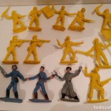 Figuras de Goma y PVC: CASCOS AZULES - CAJA CON 3 FIGURAS Y ÁRBOL. Lote 246955105