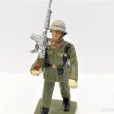 Figurines en Caoutchouc et PVC: ANTIGUA FIGURA EN PLÁSTICO. SOLDADO DE INFANTERIA ESPAÑOLA DESFILANDO. MADE IN SPAIN.. Lote 247472755