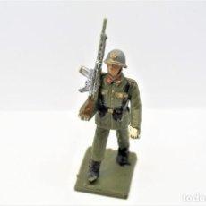 Figurines en Caoutchouc et PVC: ANTIGUA FIGURA EN PLÁSTICO. SOLDADO DE INFANTERIA ESPAÑOLA DESFILANDO. MADE IN SPAIN.. Lote 249015845