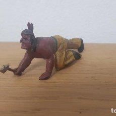Figuras de Goma y PVC: DIFICIL FIGURA DE GUERRERO INDIO REPTANDO CON HACHA EN GOMA AÑOS 50 DE LAFREDO. Lote 252419510
