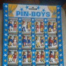 Figuras de Goma y PVC: EXPOSITOR COMPLETO DE COMAN BOYS- PIN-BOYS CON 40 FIGURAS ORIGINAL AÑOS 80. Lote 253011930