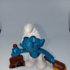 Figuras de Goma y PVC: PITUFO CONSERJE CON PALA Y CEPILLO - PEYO - SCHLEICH. Lote 254444145