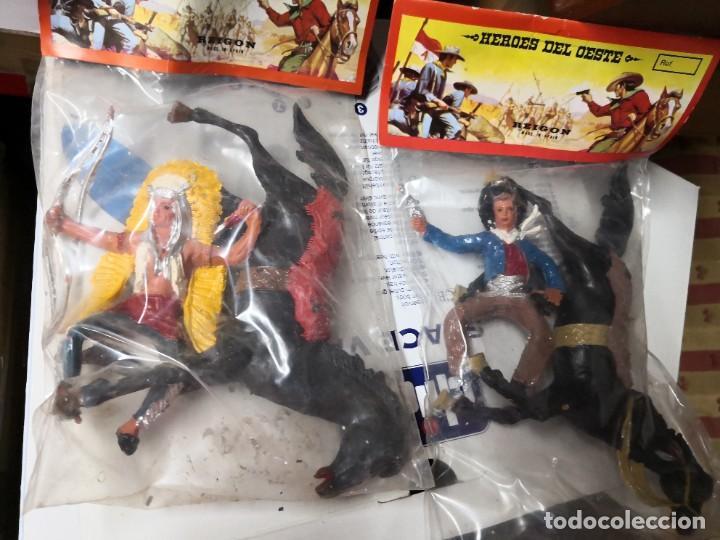 Figuras de Goma y PVC: 2 bolsas REIGON VAQUERO y indio CON CABALLO PINTADOS A MANO héroes del Oeste. Tipo comansi - Foto 2 - 254550205