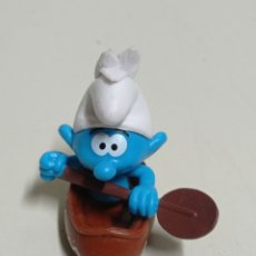 Figuras de Goma y PVC: FIGURA DE GOMA DE LA MARCA PEYO. PITUFO EN KAYAK.. Lote 256075015