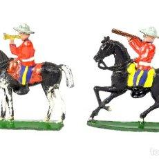 Figuras de Goma y PVC: ALCA-CAPELL 2 CABALLOS Y JINETES, TROMPETA Y DISPARANDO POLICÍA MONTADA DEL CANADÁ. Lote 258073005