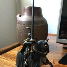 Figuras de Goma y PVC: CABALLERO NEGRO CON ARMAS DE TORNEO. SCHLEICH. EDAD MEDIA.. Lote 214760555