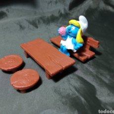 Figuras de Goma y PVC: PITUFINA EN MESA Y BANCOS SCHLEICH. Lote 260463805