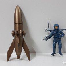 Figuras de Goma y PVC: ASTRONAUTA CON COHETE . REALIZADO POR JECSAN / AIRGAM . SERIE APOLO III . AÑOS 60 . LEER DESCRIPCION. Lote 262886285