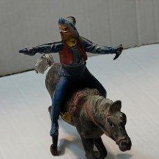 Figuras de Goma y PVC: FIGURA GOMA PECH VAQUERO A CABALLO CON PISTOLA Y CUCHILLO. Lote 262972890