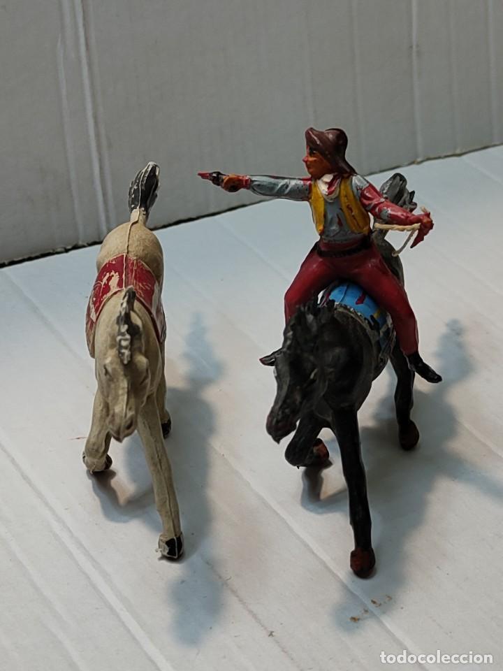 FIGURA GOMA PECH VAQUERO CON 2 CABALLOS CON PISTOLA Y CUCHILLO (Juguetes - Figuras de Goma y Pvc - Pech)