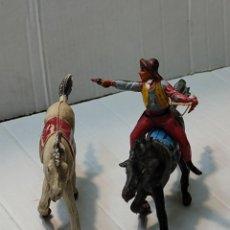 Figuras de Goma y PVC: FIGURA GOMA PECH VAQUERO CON 2 CABALLOS CON PISTOLA Y CUCHILLO. Lote 262972995