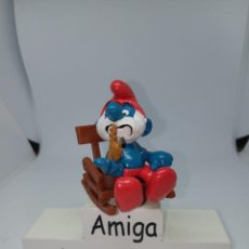 Figuras de Goma y PVC: PAPA PITUFO SENTADO EN SILLÓN - NUEVO - SCHLEICH. Lote 269470433